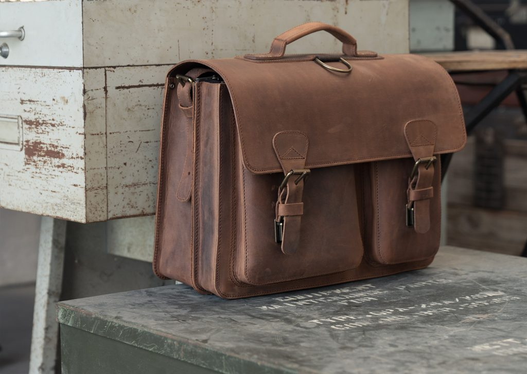 Cartable artisanal en cuir marron.