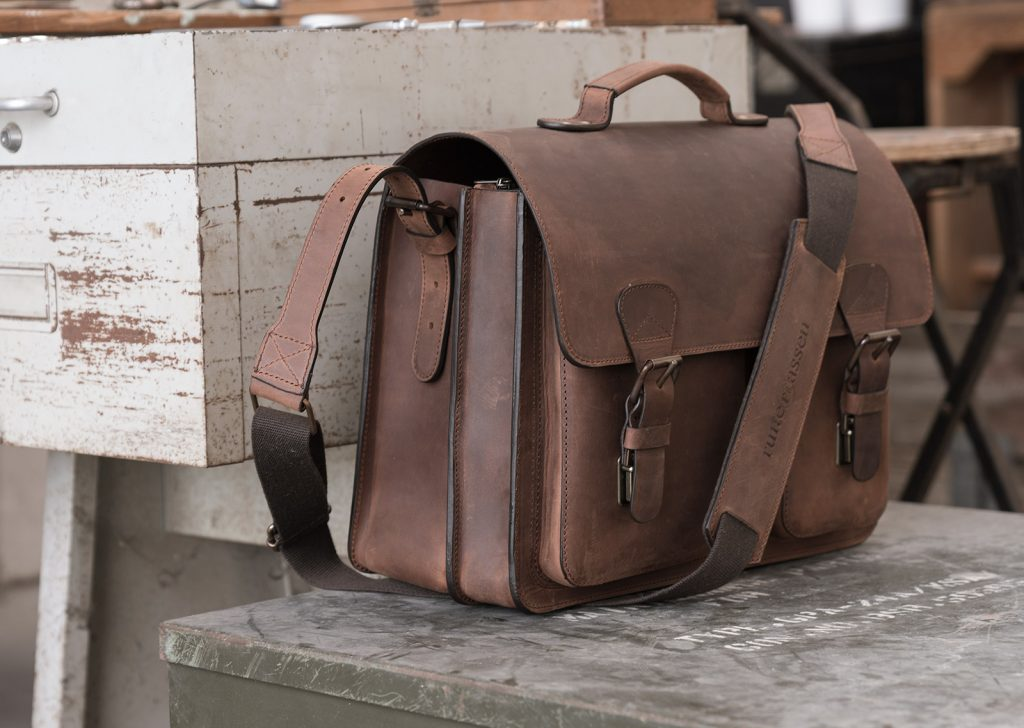 Cartable de luxe en cuir marron.